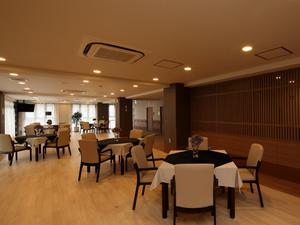 チャームスイート宝塚売布 ご入居者様にお食事を召し上がっていただくスペースです。また、レクリエーションやおくつろぎの場としてご利用いただけます。