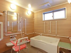 チャームスイート宝塚売布 浴槽は家庭のお風呂に近いユニットバスタイプです。必要に応じてスタッフの見守りまたは介助を行います。