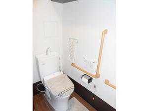 チャームスイート神戸摩耶 ウォシュレット・便座保温付きで使いやすい洋式トイレ。緊急時コールボタン・手すりも付いて安全です。