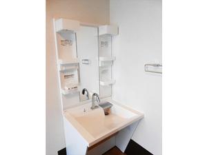 チャームスイート神戸摩耶 自動水栓式の洗面台は低めで広く車椅子でも使いやすい福祉仕様です。温水は約42度以上のお湯が出ないように設定しております。