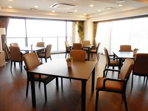 チャームスイート神戸摩耶 ご入居者様にお食事を召し上がっていただくスペースです。また、レクリエーションやおくつろぎの場としてご利用いただけます。