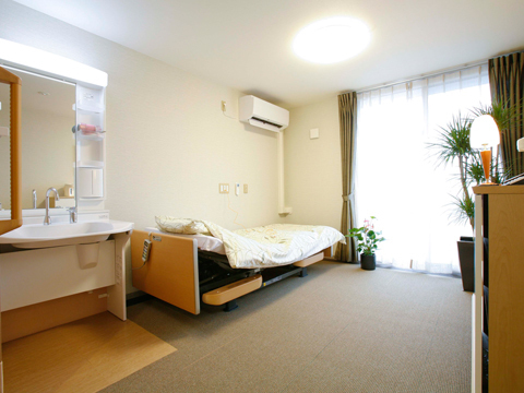 チャームスイート西宮浜 お部屋は、1人用(16.67~18.10㎡)が45室、2人用(28.71~29.94㎡)が5室の合計50室あります。 お好きな家具や使い慣れた家具をお持ち込みいただき、ご自宅での生活により近い環境でお過ごしいただけます。エアコン、洗面台(鏡付)、ウォシュレット付トイレ、クローゼット、室内照明は備え付けです。また、緊急時コールボタンをベッド脇とトイレ内に設置しております。 (※居室によって広さや形状が異なります)