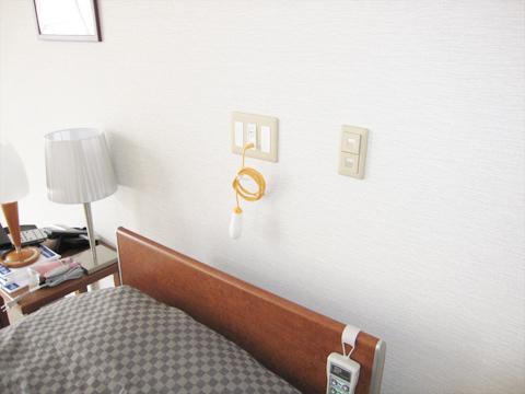 チャームスイート西宮浜 ベッド脇とトイレ内に緊急時コールボタンがあり、緊急時にも速やかに対応します。