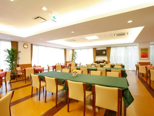 チャームスイート西宮浜 ご入居者様にお食事を召し上がっていただくスペースです。また、レクリエーションやおくつろぎの場としてご利用いただけます。