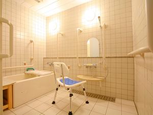 チャームスイート西宮浜 浴槽は家庭のお風呂に近いユニットバスタイプです。必要に応じてスタッフの見守りまたは介助を行います。