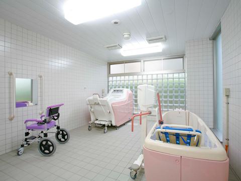 チャームスイート西宮浜 重度の方でもご入浴いただけるようスタッフの介助のもとに、寝たままの状態で入浴ができるストレッチャー式と座ったままの状態で入浴ができる車椅子式の機械浴をご利用いただけます。