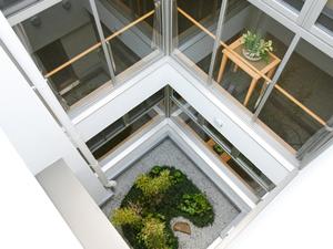 チャームスイート西宮浜 1階には庭園があり、外出が困難な方にも外の空気にふれていただけます。