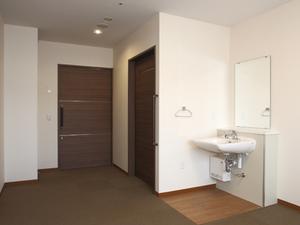 チャームスイート京都桂川 自動水栓式の洗面台は低めで広く車椅子でも使いやすい福祉仕様です。温水は約42度以上のお湯が出ないように設定しております。