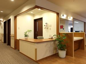 チャームスイート京都桂川 居室やトイレ等に設置されている緊急時コールボタンはスタッフルームまたはスタッフが携帯しているPHSにつながり、速やかに対応いたします。
