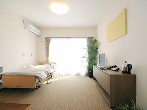 チャーム京都山科 お部屋は、83室すべてが完全個室タイプで、居室の広さは約18.57~19.20㎡です。お好きな家具や使い慣れた家具をお持ち込みいただき、ご自宅での生活により近い環境でお過ごしいただけます。エアコン、洗面台(鏡付)、ウォシュレット付トイレ、室内照明は備え付けです。また、緊急時コールボタンをベッド脇とトイレ内に設置しております。  (※居室によって広さや形状が異なります)