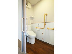 チャーム京都山科 ウォシュレット・便座保温付きで使いやすい洋式トイレ。緊急時コールボタン・手すりも付いて安全です。