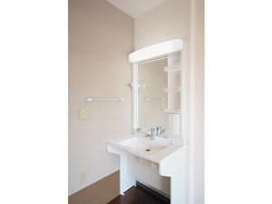 チャーム京都山科 洗面台は低めで広く車椅子でも使いやすい福祉仕様です。温水は約42度以上のお湯が出ないように設定しております。