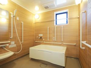 チャーム京都山科 浴槽は家庭のお風呂に近いユニットバスタイプです。必要に応じてスタッフの見守りまたは介助を行います。