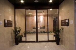 チャームヒルズ豊中旭ヶ丘 玄関 玄関を入ると、老人ホームの入口とデイサービスの入口に分かれています。華やかなオブジェがゲストの方を温かくお迎えいたします。