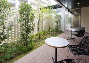 チャームヒルズ豊中旭ヶ丘 1階ウッドデッキ 1階にあるウッドデッキでは、やわらかな日差しのなかでのんびりとおくつろぎいただけます。