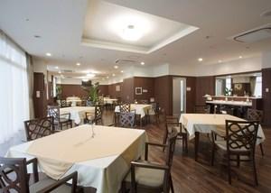 チャームヒルズ豊中旭ヶ丘 1階レストラン 1階にあるレストランは、5階~8階のご入居者様にご利用いただけます。落ち着いた空間でゆっくりとお食事をお召し上がりいただきます。また、個室も用意されていて、尋ねてこられたご家族の方とくつろいでお食事していただけます。