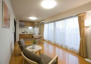 チャームヒルズ豊中旭ヶ丘 Cタイプ居室(2人入居可能) Cタイプの居室は、1LDKタイプでゆとりの55㎡。リビングは床暖房付きで、寝室には大きなウォーキングクローゼットが付いています。