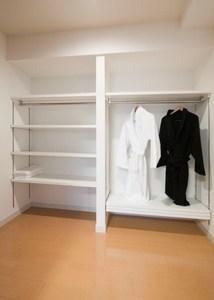 チャームヒルズ豊中旭ヶ丘 Cタイプ居室(クローゼット) Cタイプ居室の寝室には大きなウォーキングクローゼットが付いています。