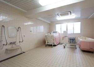 チャームヒルズ豊中旭ヶ丘 機械浴室 お身体がご不自由なご入居者様でも安心してご入浴していただける機械浴室では、寝たままや、座ったまま入れる機械浴の設備があります。