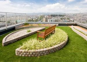 チャームヒルズ豊中旭ヶ丘 8階テラス 屋外へのお散歩ができない時など庭園でキレイなお花を眺めながら外の空気を吸っていただけます。また、菜園コーナーでは、季節の野菜やお花の収穫などもお楽しみいただけます。