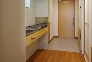 そんぽの家S 東古松(旧名称:Cアミーユ東古松) 居室玄関・ミニキッチン